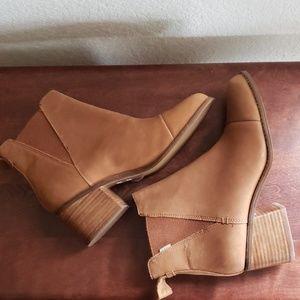 Tom's tan boots NWOT
